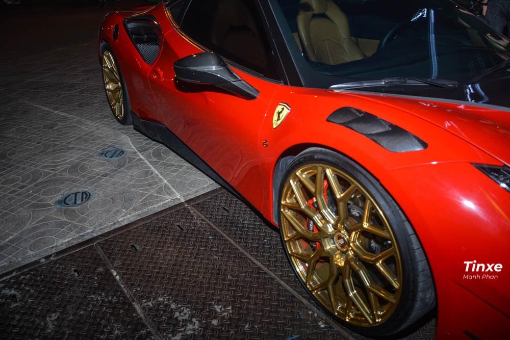 Vòng ra bên hông xe, dễ dàng nhận thấy sợi carbon xuất hiện ở hốc gió bên hông khá cá tính, ngoài ra, bản độ Mansory trên siêu xe Ferrari 488 GTB này còn nhận thêm một cánh lướt gió mới khổng lồ cũng bằng sợi carbon siêu nhẹ. Cuối cùng là vỏ gương bọc sợi carbon.
