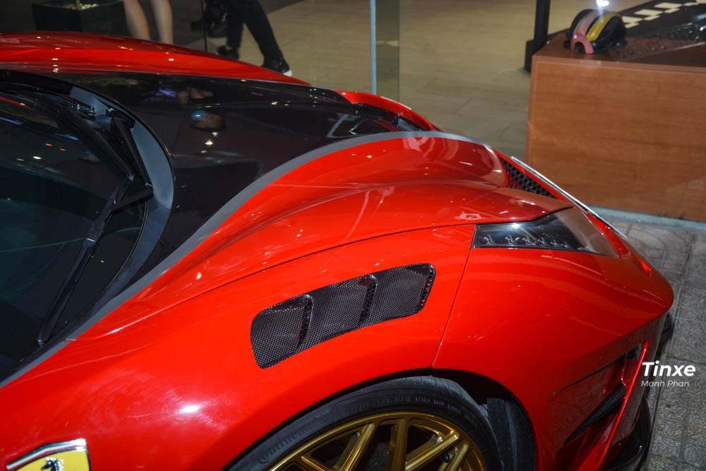 Phía trên chắn bùn của bánh xe trước xuất hiện thêm 2 hốc gió mới với điểm nhấn là sợi carbon. Hai bên mép hốc gió trước còn được Mansory trang trí thêm các ốp bằng sợi carbon bắt mắt cho siêu xe Ferrari 488 GTB. Hai bên đầu xe còn được thiết kế thêm các khe hốc gió mới và trang bị một thanh nẹp bằng sợi carbon.