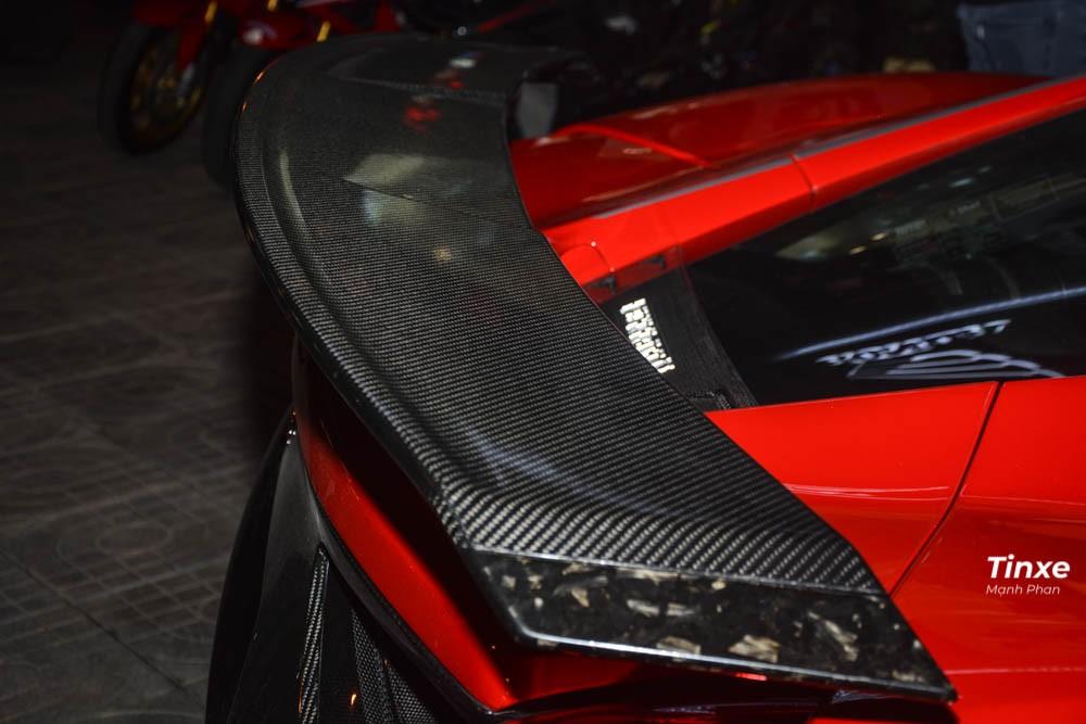 Cuối cùng là cánh lướt gió khủng phía sau bằng sợi carbon sẽ giúp xe ép sát xuống mặt đường khi chạy tốc độ cao cũng như đảm nhận tính khí động học và thẩm mỹ tốt hơn cho siêu ngựa này. Đây cũng là chiếc siêu xe Ferrari 488 GTB đầu tiên tại Việt Nam có 2 hãng độ chung sức phát triển ra 1 sản phẩm.