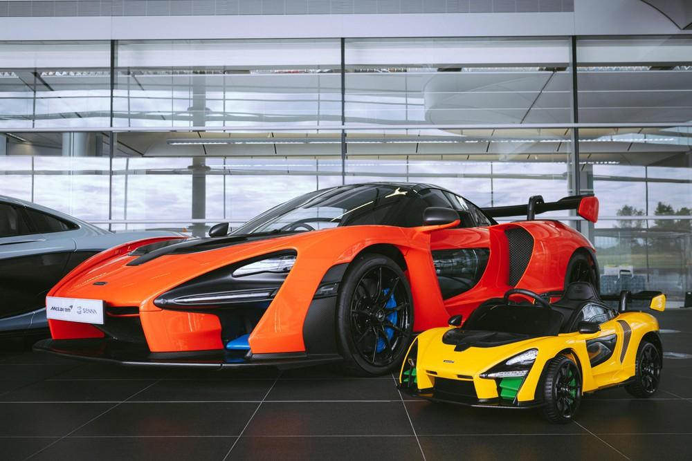 McLaren Senna đồ chơi đứng cạnh xe thật