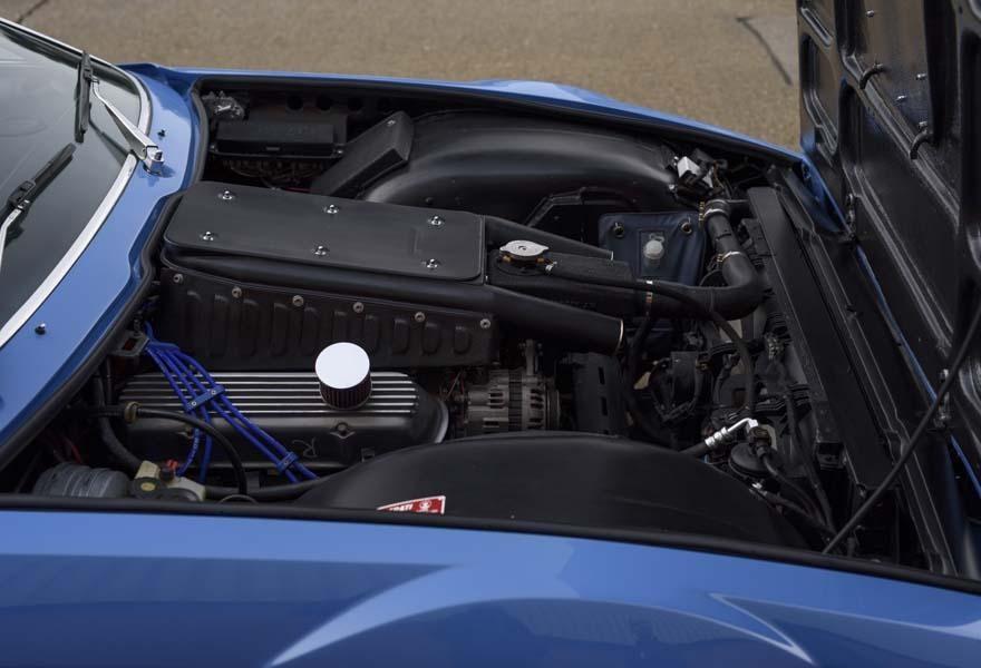 Bên dưới nắp ca-pô của chiếc Maserati Khamsin này là động cơ Holden