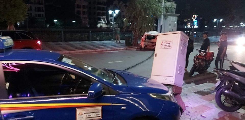 Chiếc xe taxi tông đổ một trụ điện trên vỉa hè