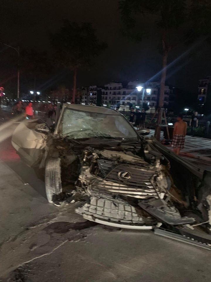 Chiếc xe sang Lexus tại hiện trường vụ tai nạn liên hoàn