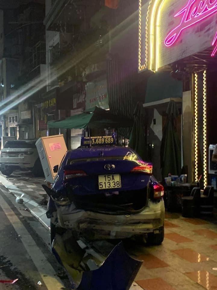 Chiếc taxi bị hư hỏng nặng