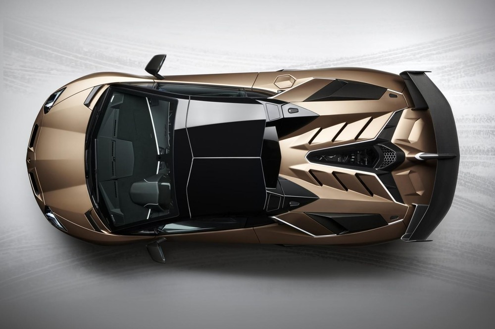 Phần mui xe 2 phần riêng biệt bằng carbon của Lamborghini Aventador SVJ mui trần nhìn từ trên cao