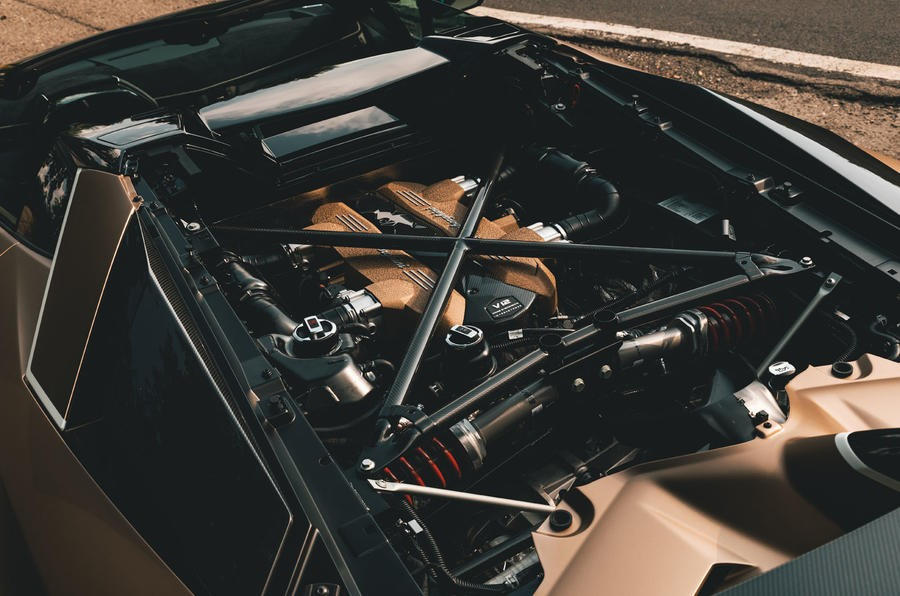 Động cơ V12 của siêu xe Lamborghini Aventador SVJ Roadster