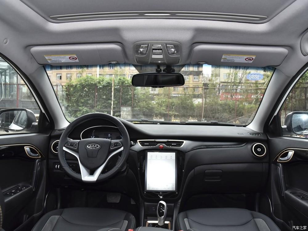 Nội thất của JAC iEVA5 có trang bị một màn hình cảm ứng rất lớn