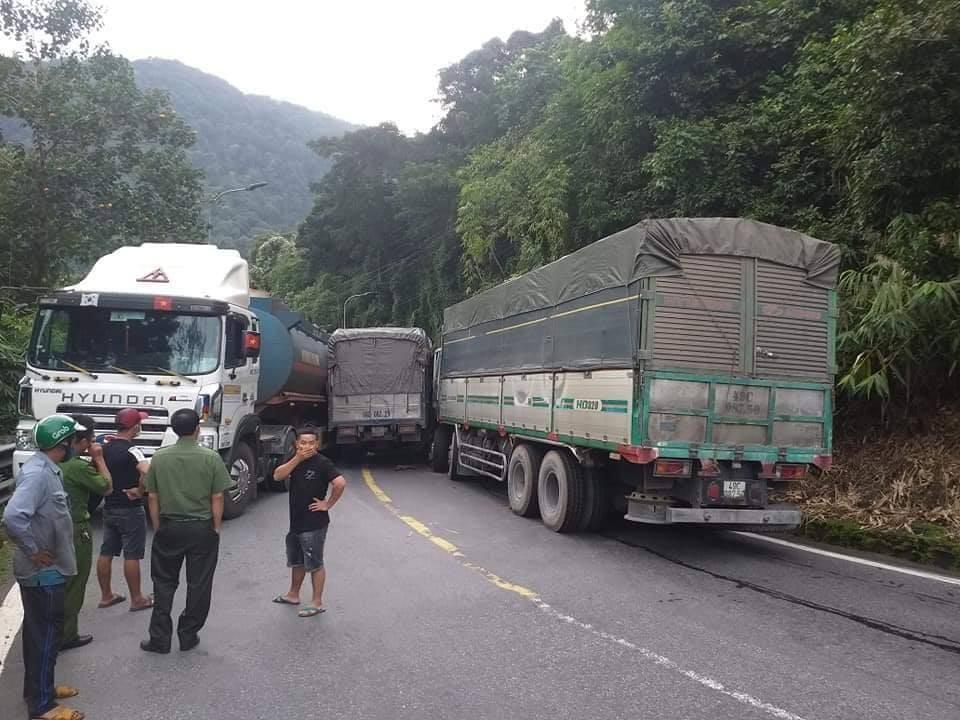 Hiện trường vụ tai nạn khiến 3 xe dính chùm trên đèo Bảo Lộc
