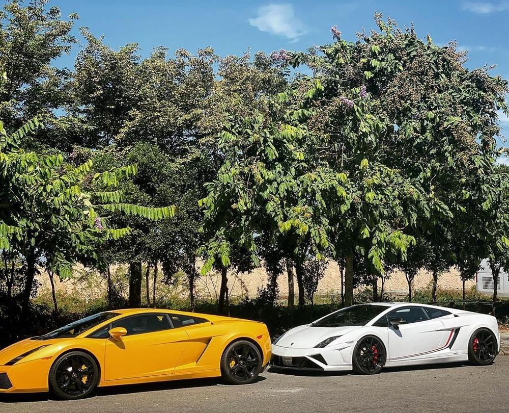 Hai chiếc Lamborghini Gallardo biển Lào trên đường phố Việt Nam. Chiếc phía sau có ngoại hình của phiên bản Lamborghini Gallardo LP570-4 Squadra Corse. Ảnh: Phan Công Khanh