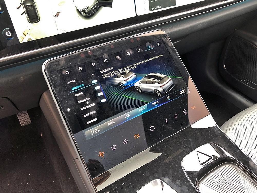 Cụm điều khiển trung tâm của xe cũng có một màn hình lớn, riêng biệt