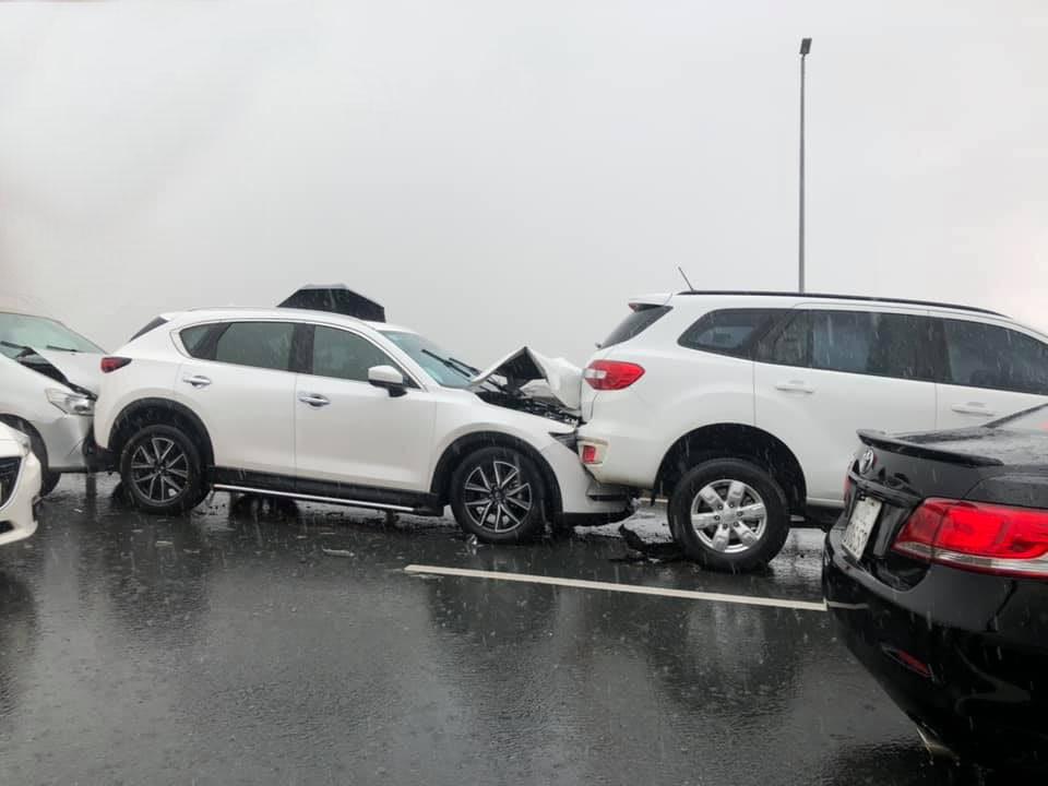 Các xe hư hỏng nặng phần đầu xe