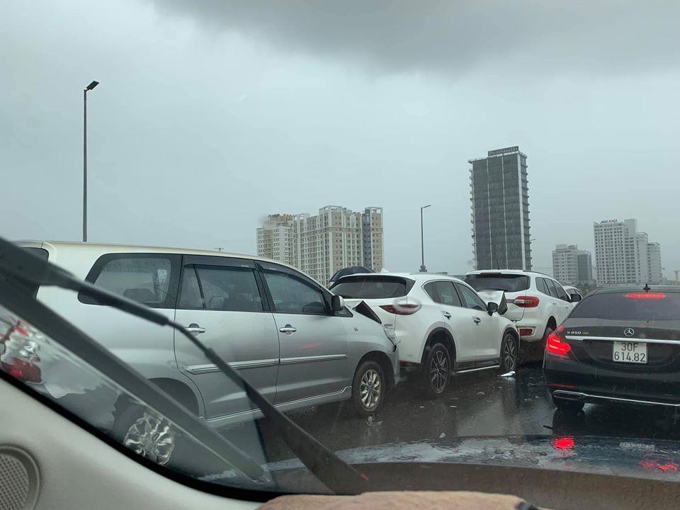 Toyota Innova, Mazda và Ford Everest tông xe dây chuyền trên cầu Nhật Tân