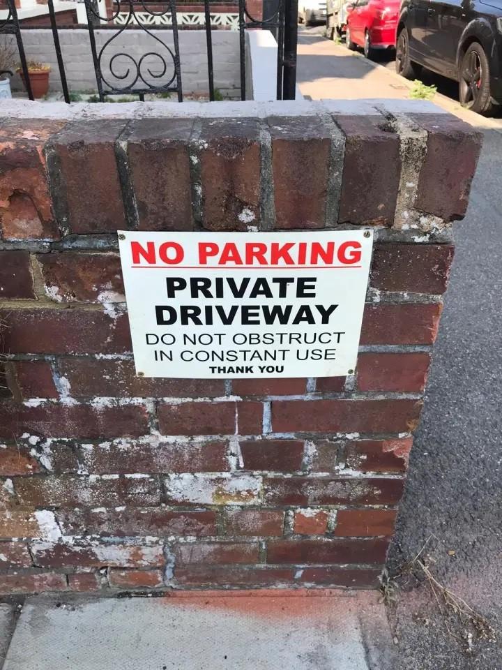 Tấm biển đề nghị mọi người không đỗ xe ở bên ngoài nhà ông Bailey