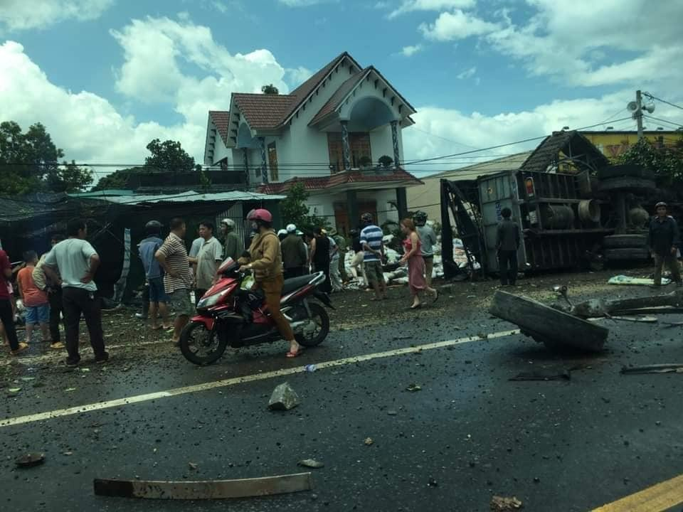 Chiếc ô tô tải bị hư hỏng nặng sau vụ tai nạn