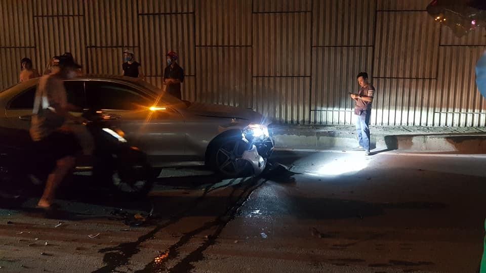 Chiếc Mercedes-Benz C-Class hư hỏng nặng đầu xe sau khi tông vào đuôi xe Toyota Camry biển xanh đỗ bên đường