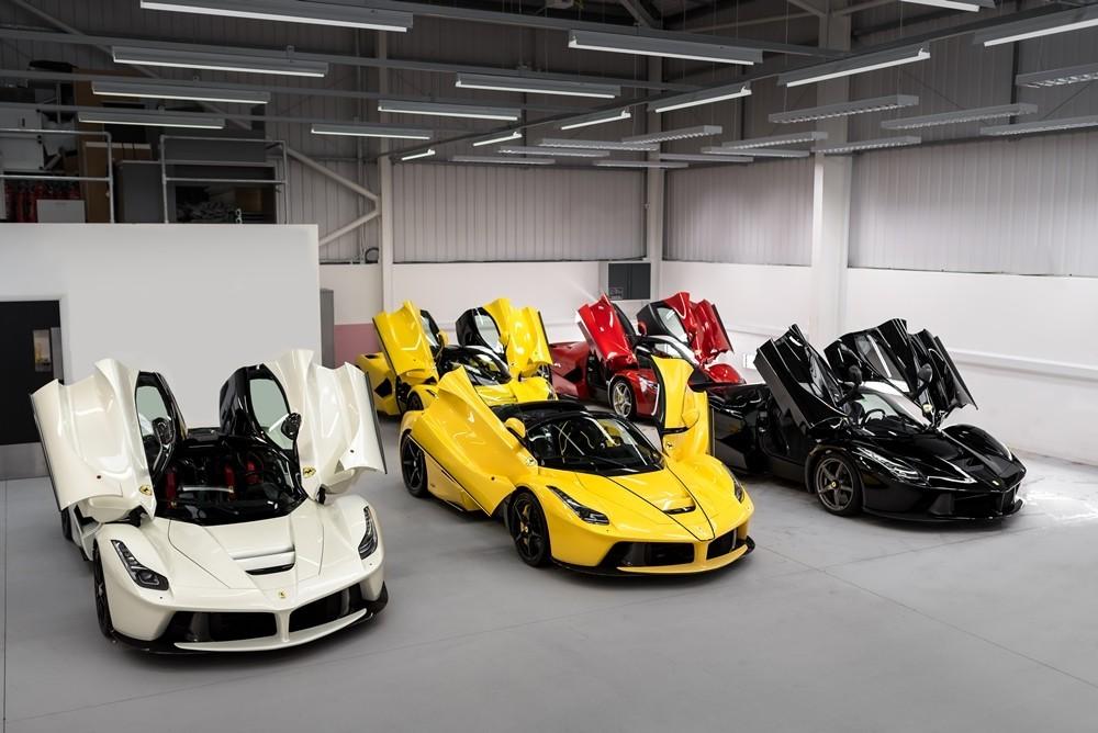 4 chiếc siêu xe Ferrari LaFerrari với các bộ áo vàng, đỏ, đen và trắng đọ dáng cùng một chiếc Ferrari LaFerrari Aperta màu vàng (hàng đầu tiên)