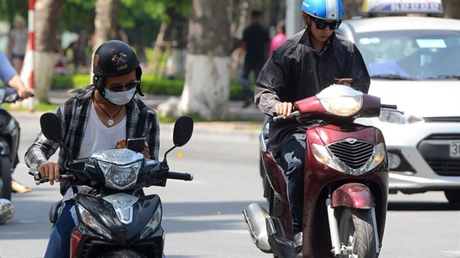 Lỗi sử dụng điện thoại khi đang lái xe máy sẽ bị phạt tiền từ 600.000 - 1.000.000 đồng, tước giấy phép từ 1-3 tháng.