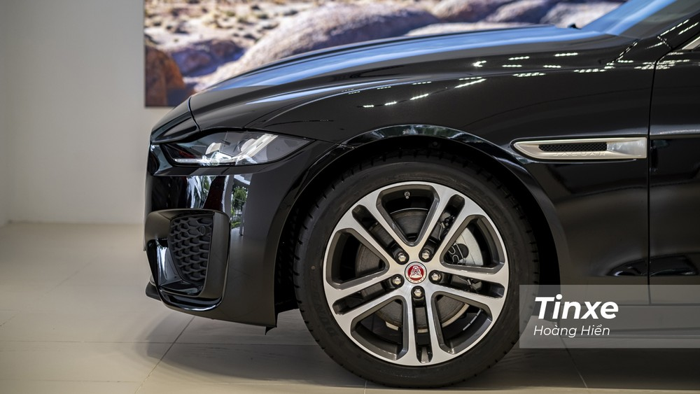 Jaguar XE mới sở hữu vành hợp kim 5 chấu kép kích thước 18 inch.