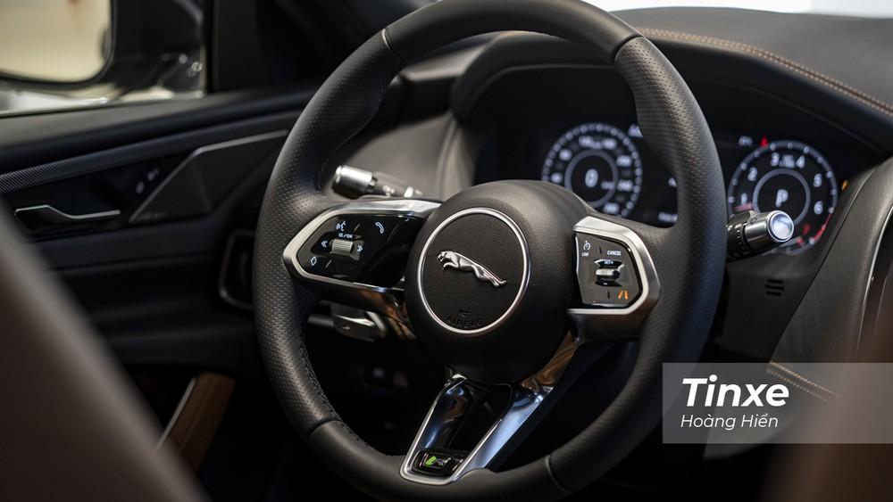 Vô-lăng ba chấu bọc da có thiết kế cực kỳ bắt mắt và độc đáo của Jaguar XE mới.