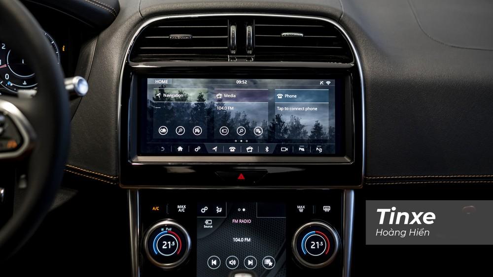Màn hình trung tâm Touch Pro Duo là một điểm nhấn trong không gian nội thất của Jaguar XE mới.