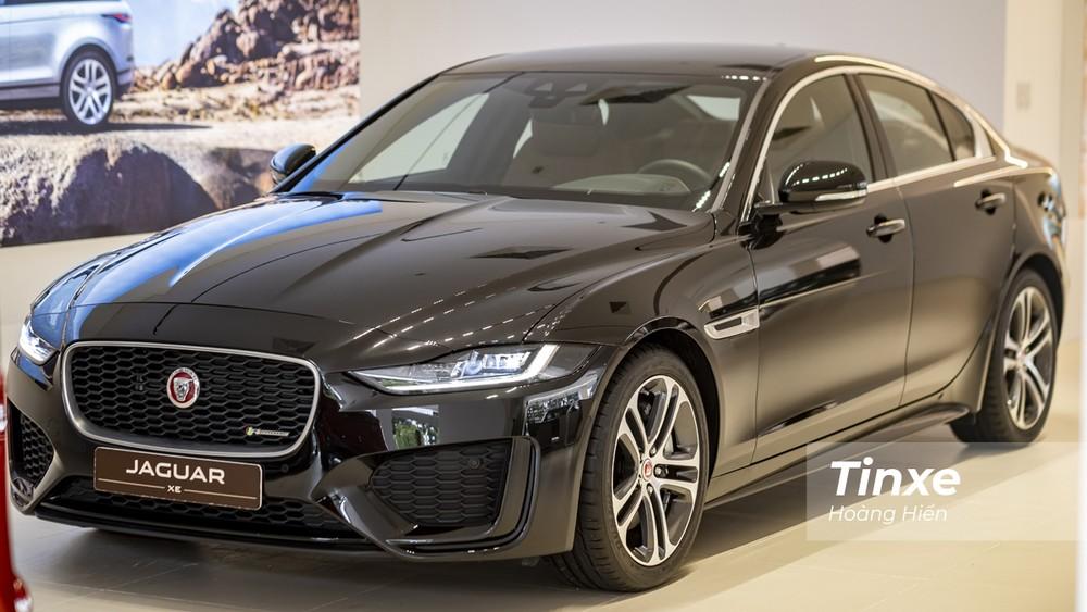 Jaguar XE mới sở hữu vẻ ngoài mang hơi hướng thể thao và cá tính hơn nếu so với các đối thủ cùng phân khúc.