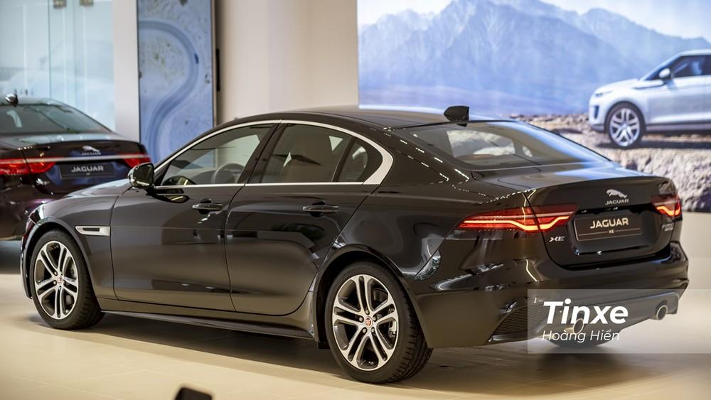 Jaguar XE mới có những đường nét rất riêng và tạo sự khác biệt, cá tính cho người cầm lái.