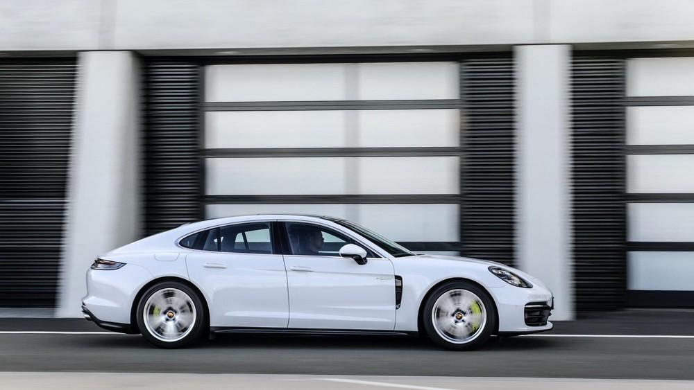 Porsche Panamera 4S E-Hybrid 2021 sở hữu công suất tổng cộng 552 mã lực