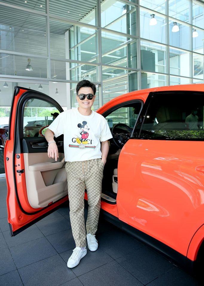 Lâm Hùng chọn màu cam nổi bật làm bộ áo chính cho Porsche Cayenne Coupe 2020
