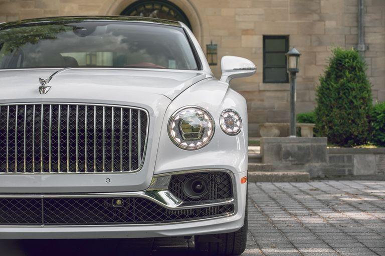 Bentley Flying Spur 2020 có mặt tiền hoàn toàn khác biệt so với bản cũ