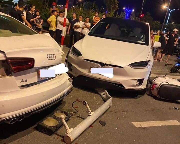Nhiều người dân đứng xem vụ tai nạn liên hoàn giữa 2 xe ô tô đắt tiền cùng xe tay ga