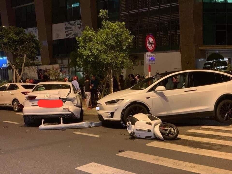 Góc ảnh khác còn cho thấy có một chiếc xe Vespa gặp nạn. Cả 3 xe đều mang màu trắng