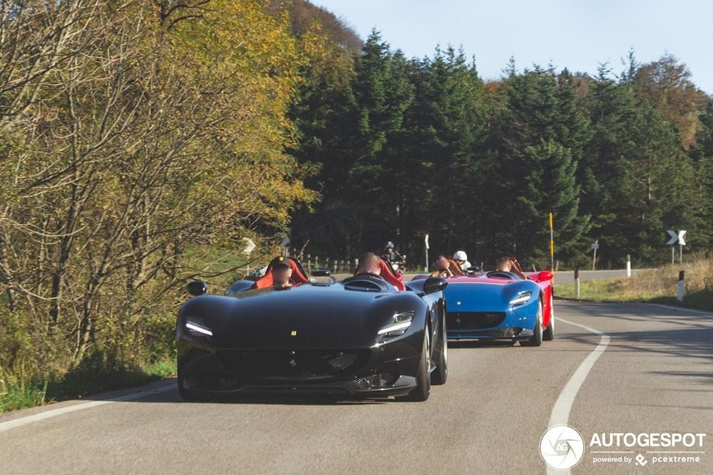 Hai chiếc Ferrari Monza SP di chuyển cùng nhau