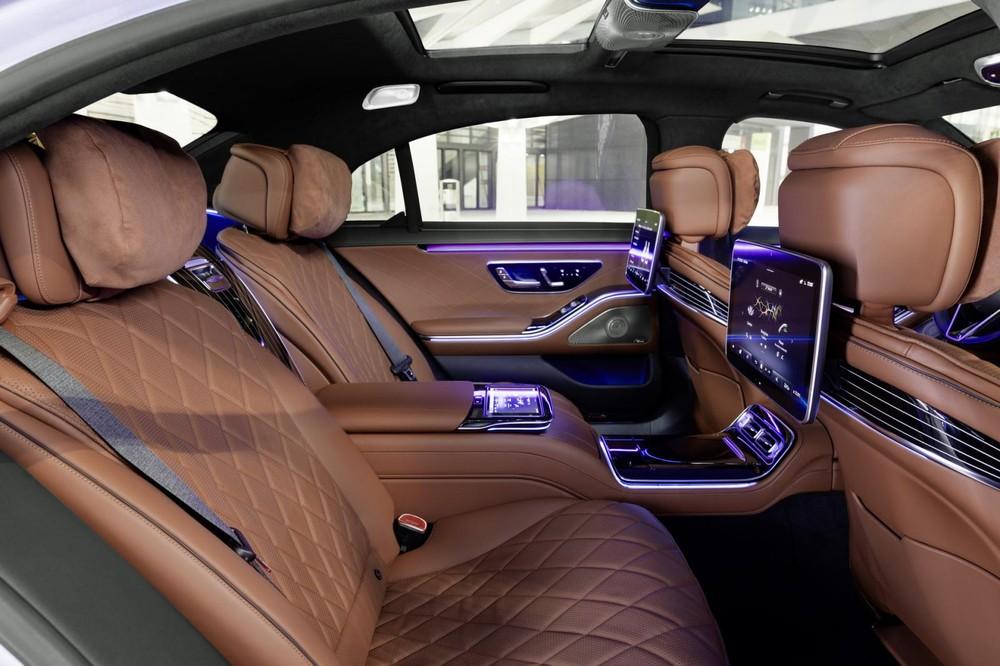 2 ghế hành khách tách riêng bằng cụm điều khiển trung tâm của Mercedes-Benz S-Class 2021