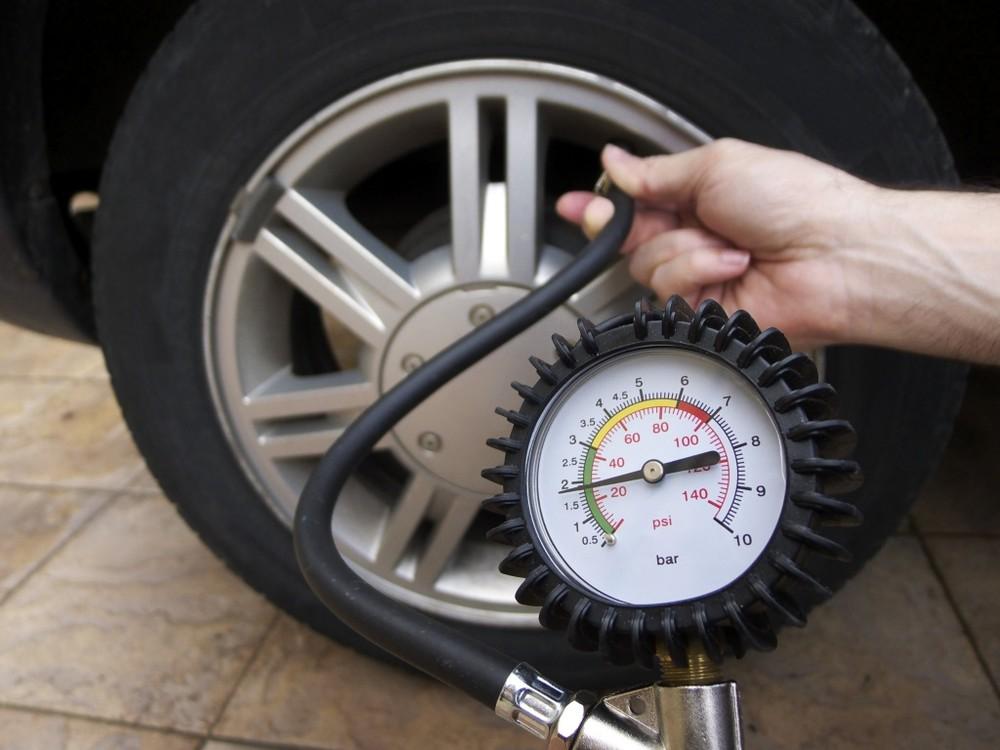 Chủ xe cần kiểm tra áp suất lốp xe ô tô định kỳ.