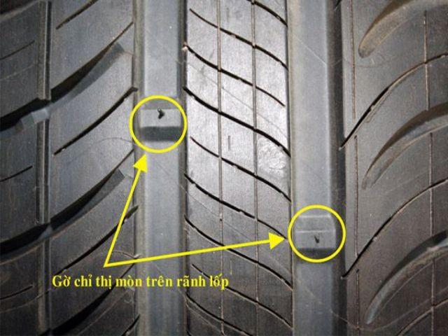 Kiểm tra độ sâu rãnh lốp bằng vạch chỉ thị độ mòn trên lốp xe.