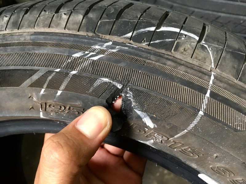 Khi lỗ thủng trên lốp xe lớn hơn 6mm thì cần thay mới ngay.
