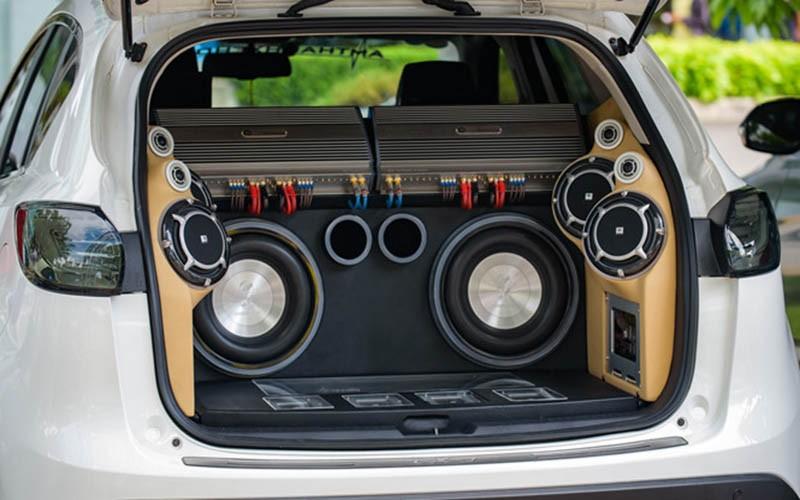 Loa Sub thường được lắp ở dưới gầm ghế xe hay phía sau cốp xe vì chúng có công suất lớn.