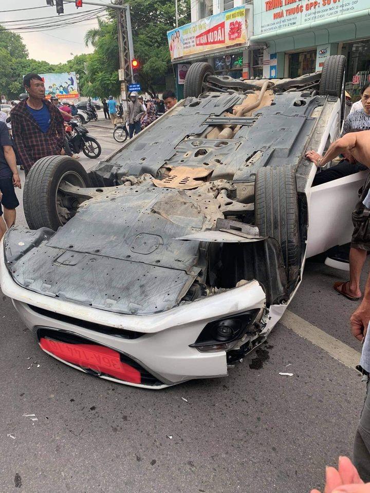 Chiếc Mazda3 bị hư hỏng đáng kể sau vụ tai nạn