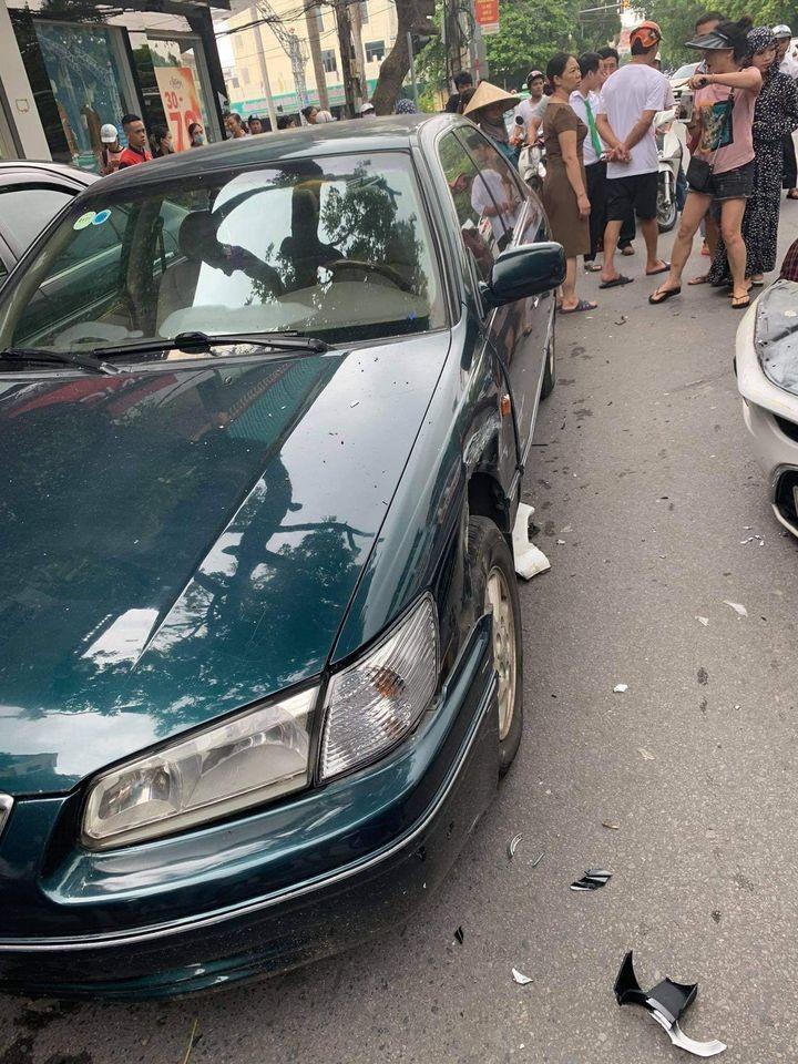 Chiếc Toyota Camry bị biến dạng cả hai bên sườn xe