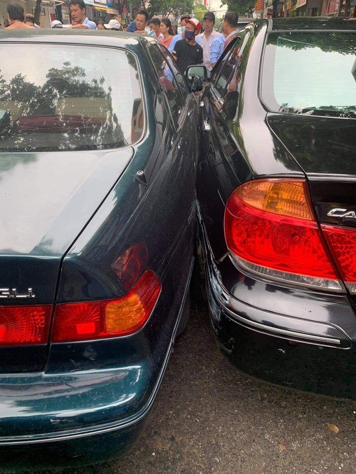 Hai chiếc Toyota Camry va chạm với nhau