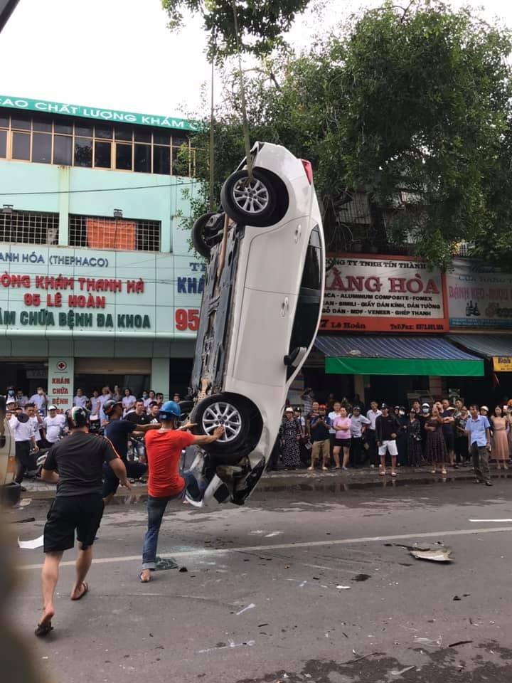 Chiếc Mazda3 được cẩu đi khỏi hiện trường