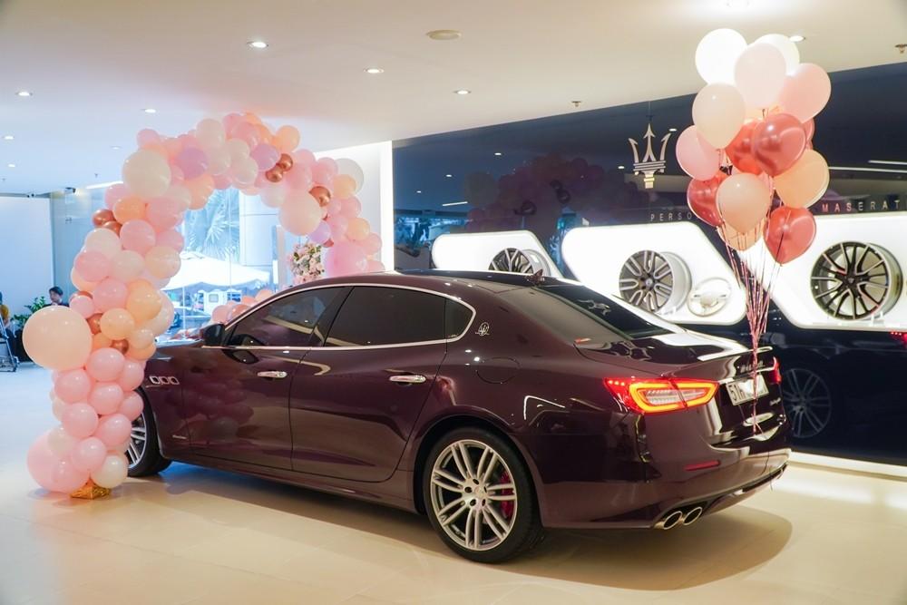Chiếc xe Maserati Quattroporte của Hoa hậu Hương Giang có màu sơn đỏ