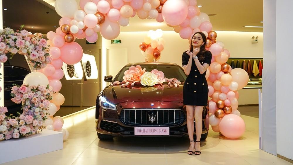Hương Giang trong buổi bàn giao xe Maserati Quattroporte
