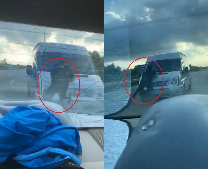 Chiến sỹ CSCĐ bám trên nắp ca-pô của chiếc Ford Transit