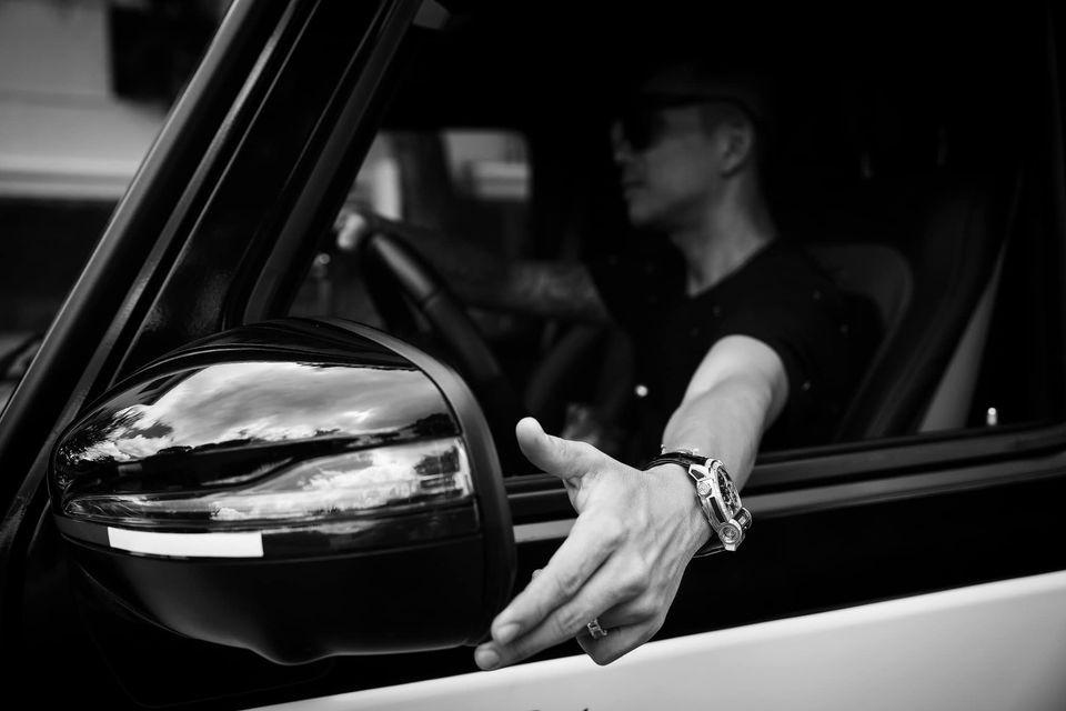 Minh Nhựa rất thích lái xe và tài xế có khi đi cùng chỉ đảm bảo việc đỗ xe hay lấy xe ra cho chủ nhân Pagani Huayra chạy trên đường