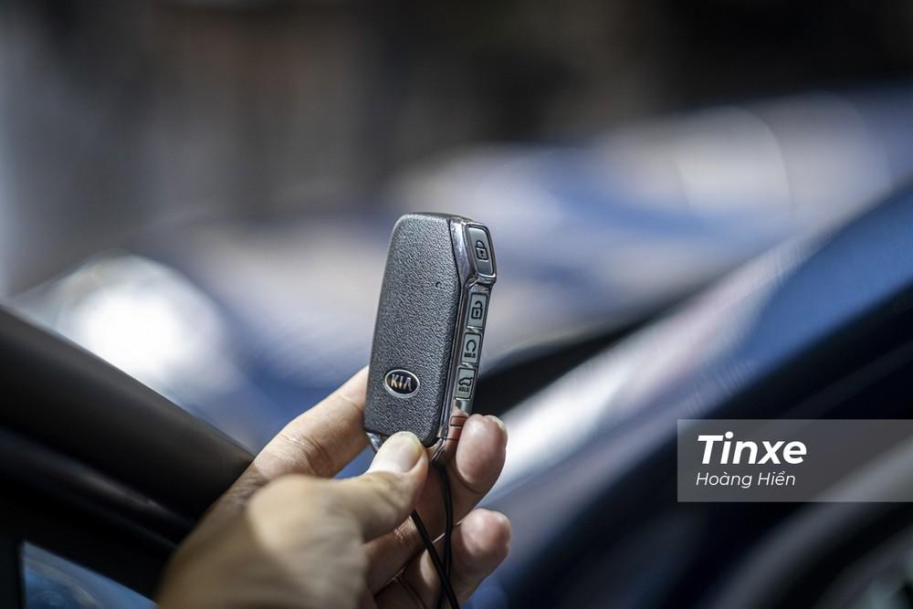 Chìa khoá KIA Sorento cũng là một sự thay đổi mới lạ với nút bấm đặt dọc thân chìa và riêng nút khoá cửa được nhô lên tạo sự nhận biết rõ ràng hơn giúp người lái dễ dàng sử dụng hơn. Ngoài ra, KIA Sorento thế hệ thứ 4 cũng hỗ trợ khả năng đề nổ từ xa thông qua chìa khoá.