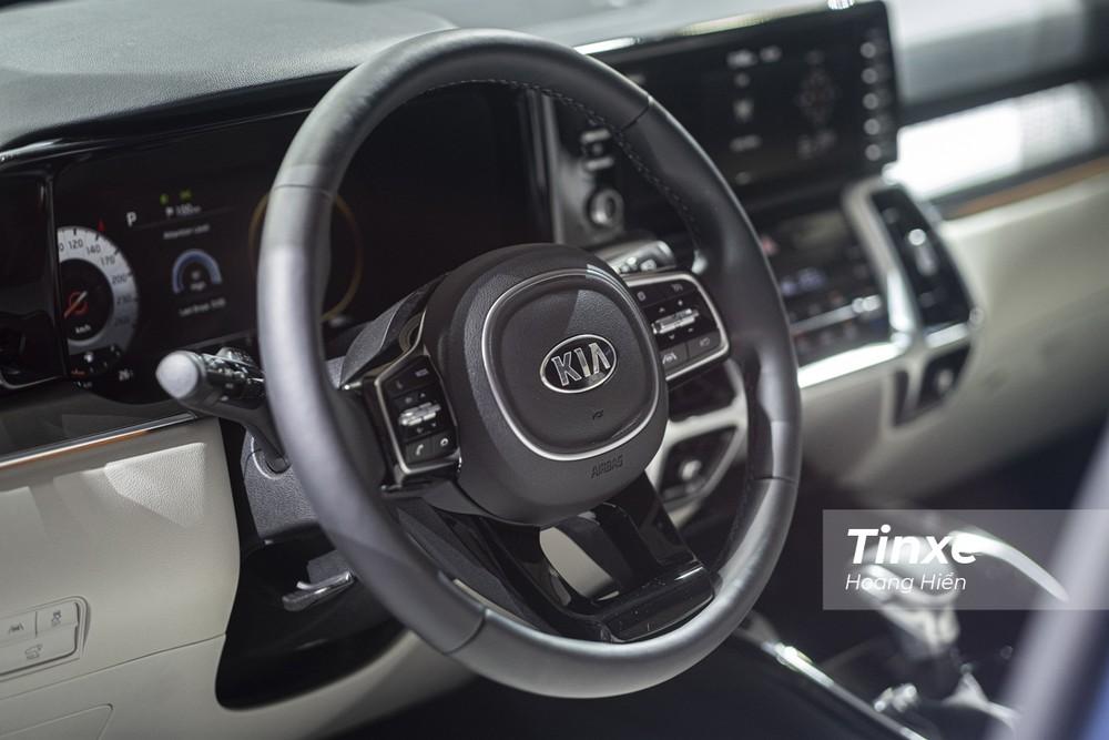 Vô-lăng của KIA Sorento thế hệ thứ 4 được tích hợp nhiều nút bấm và đặc biệt trên bản Signature thì người lái còn có thêm nhiều tính năng an toàn như cảnh báo làn đường, hỗ trợ giữ làn đường, kiểm soát hành trình thông minh,....