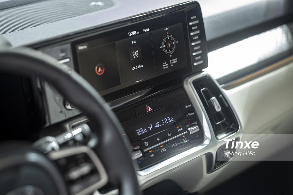 Dễ nhận ra nhất chính là cụm màn hình trung tâm có kích thước lên tới 10,25 inch được thiết kế nhô cao và liền mạch với tổng quan thiết kế của tap-lô xe.