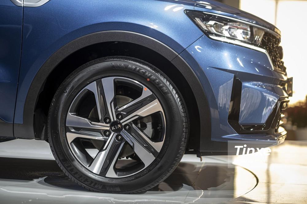 KIA Sorento được trang bị vành hợp kim kích thước 19 ở phiên bản Premium và Signature. Đối với hai bản Deluxe và Luxury thì xe chỉ được trang bị vành hợp kim 18 inch.