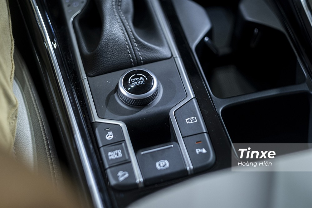 KIA Sorento phiên bản AWD có tới 6 chế độ lái tuỳ chọn bao gồm 3 chế độ lái Onroad và 3 chế độ lái Offroad. Ngoài ra, KIA Sorento còn thêm chế độ lái Smart để tự động chuyển đổi giữa các chế độ lái khác nhau tuỳ theo thói quen di chuyển của lái xe.